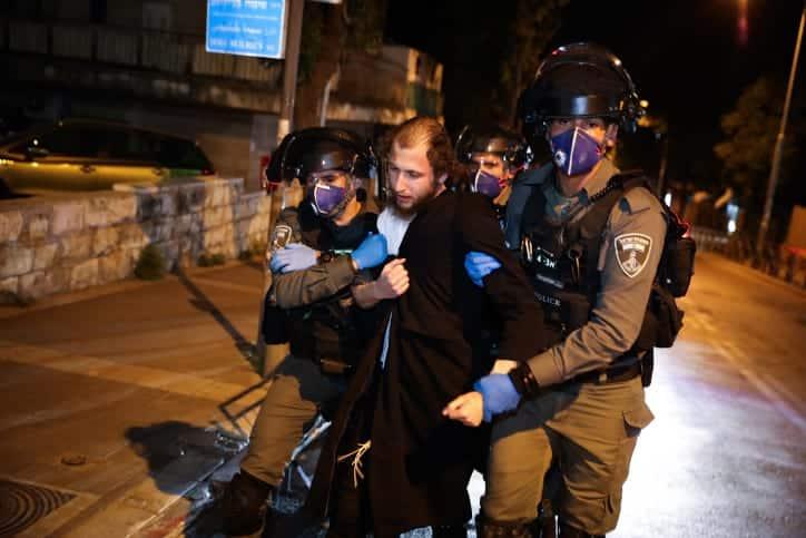 Полиция арестовывает представителя ультраортодоксальной общины в Меах Шеариме фото
