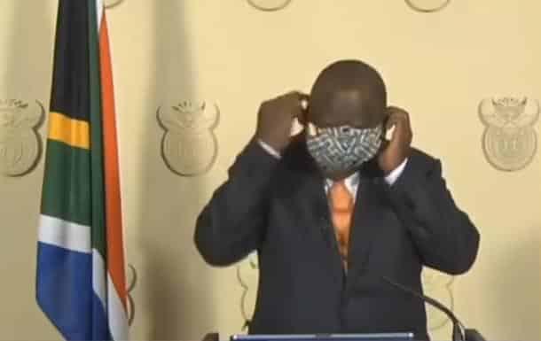 Prezident YUAR pytaetsya odet zashhitnuyu masku