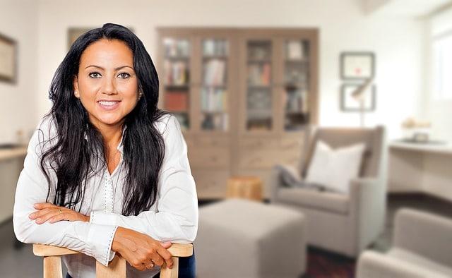 Психолог женщина в кабинете фото