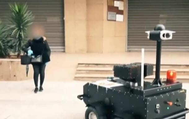 Roboty kontroliruyut rezhim karantina