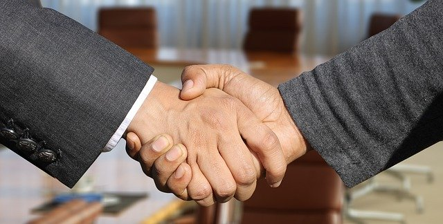 Рукопожатие деловое костюм фото