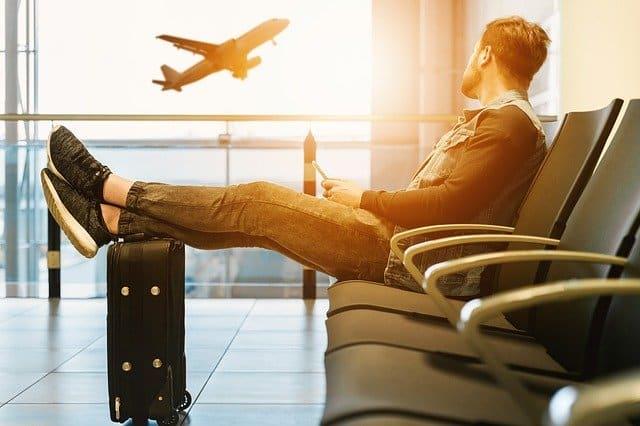 парень ждет самолета в аэропорту фото