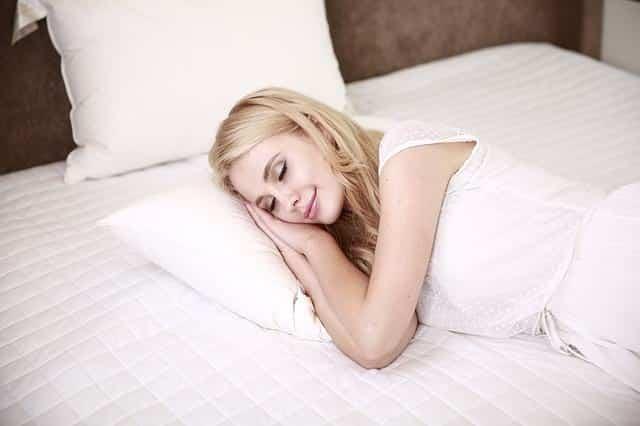 девушка спит фото