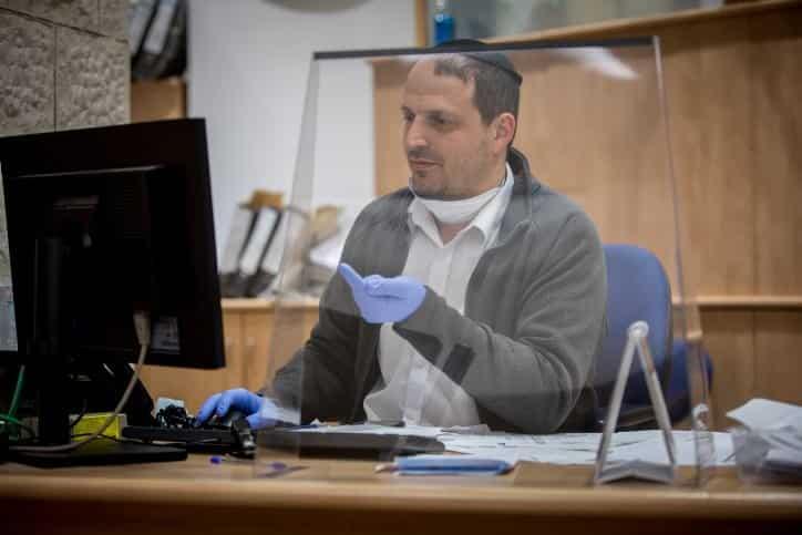 Сотрудник одного из израильских банков фото