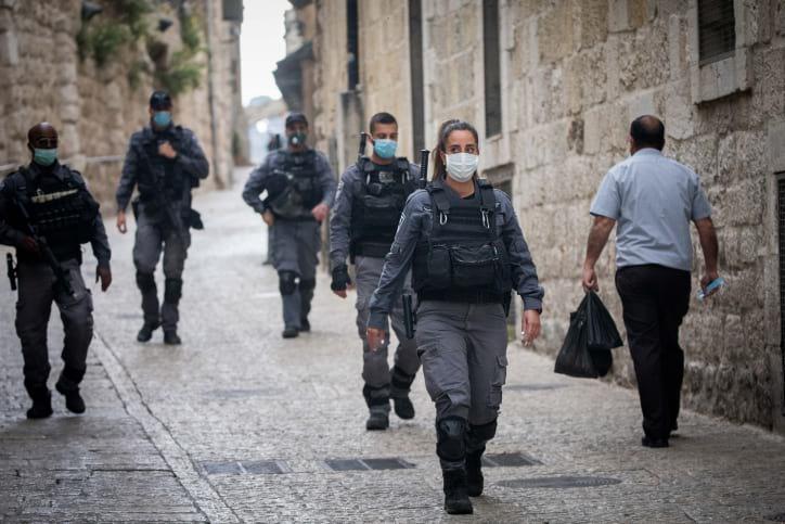 Сотрудники полиции патрулируют кварталы Старого Иерусалима фото