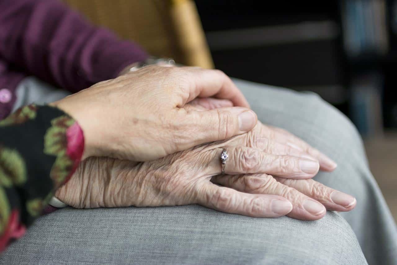 старые люди держатся за руки фото