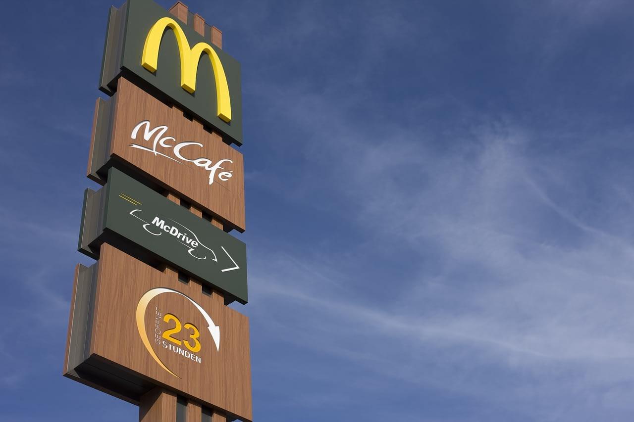 Указатель McDonald's фото