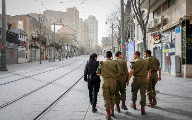 Voennosluzhashhie TSAHALa i sotrudnitsa politsii patruliruyut ulitsy Ierusalima