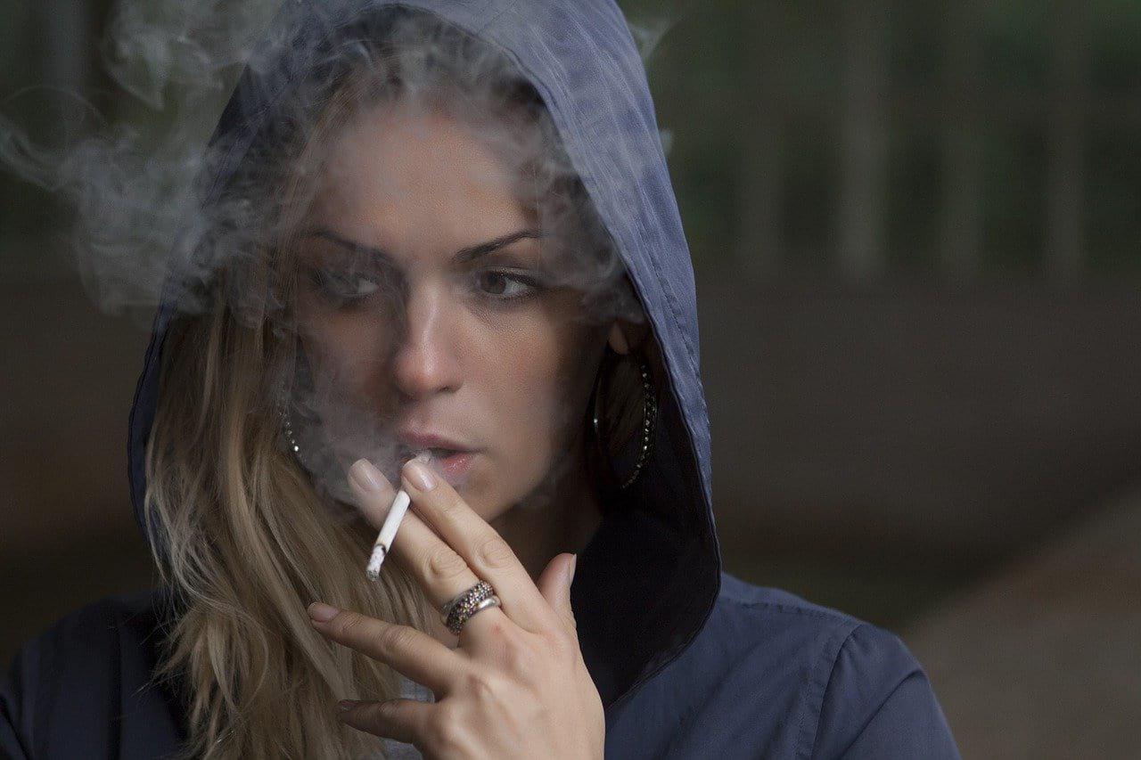 женщина курит фото