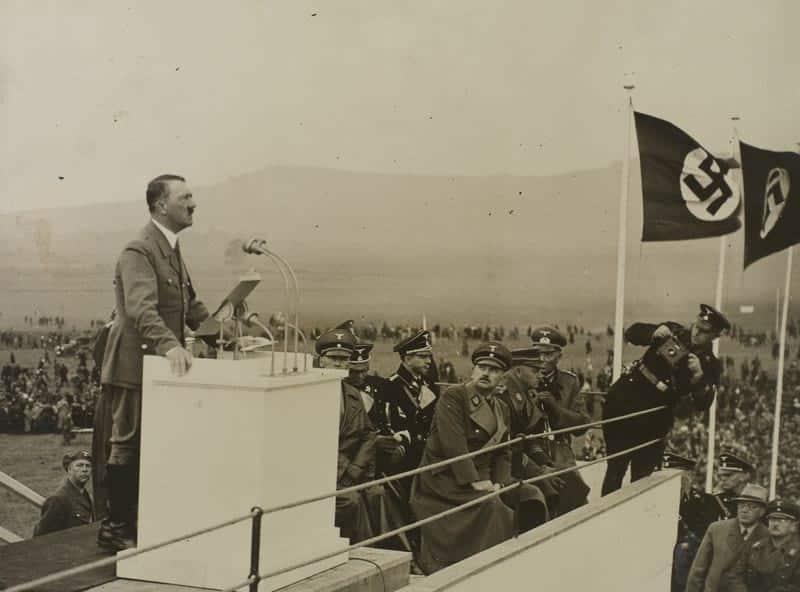 Адольф Гитлер на трибуне фото