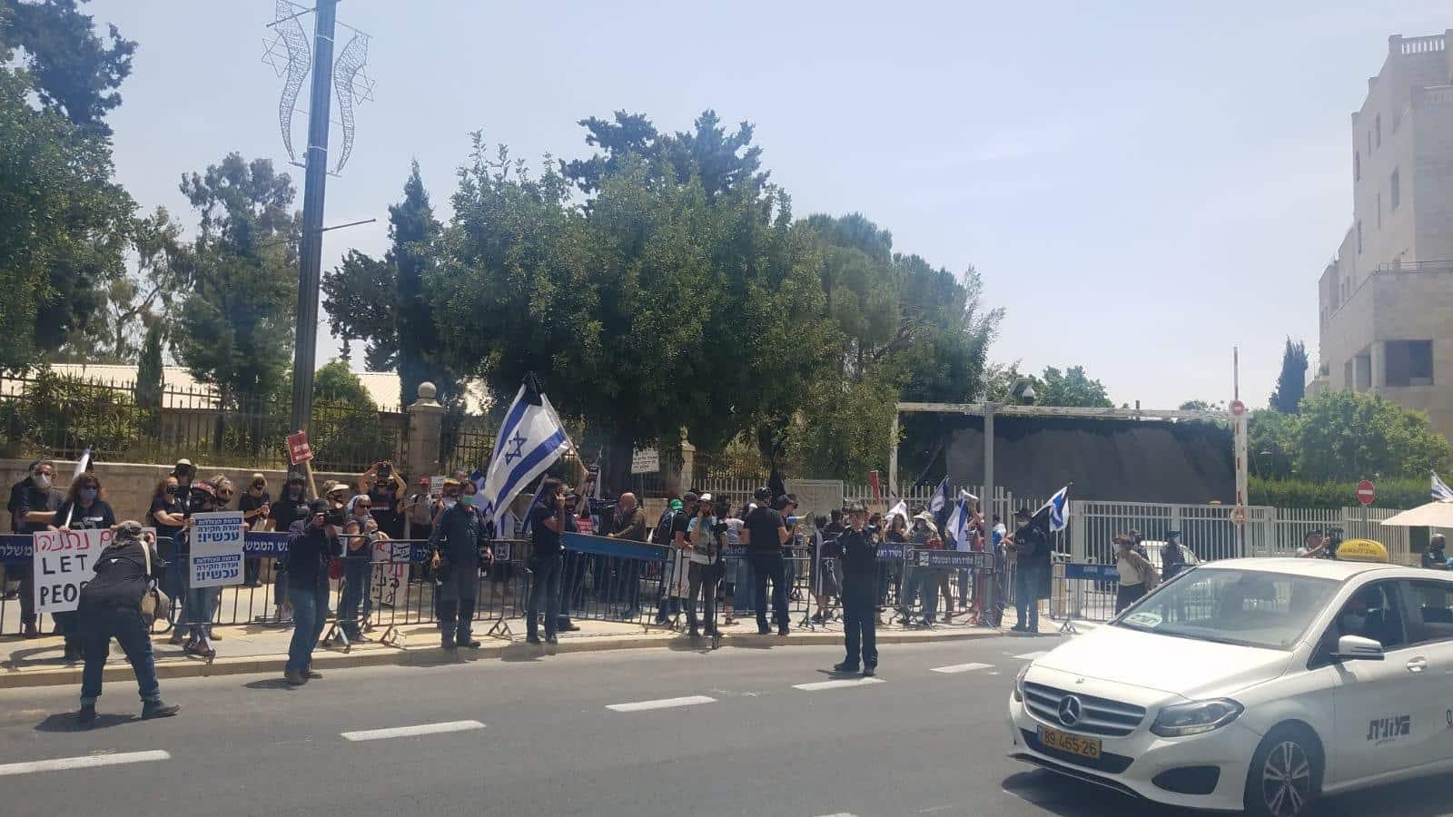 Aktivisty protestuyut vozle rezidentsii Binyamina Netaniyagu