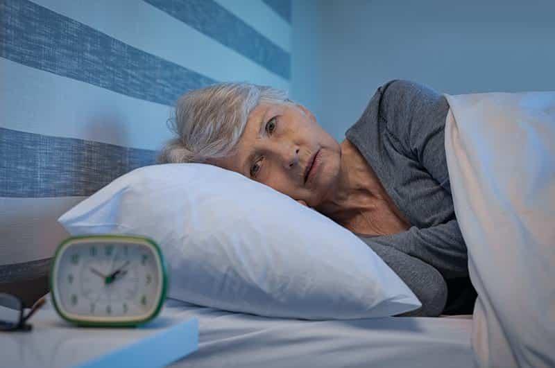 женщина кровать бессонница фото