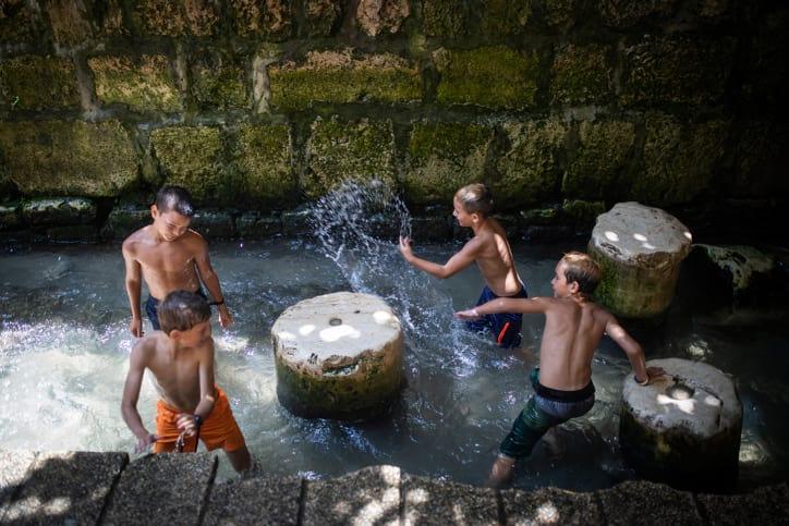 Deti kupayutsya v natsionalnom parke gorod Davida