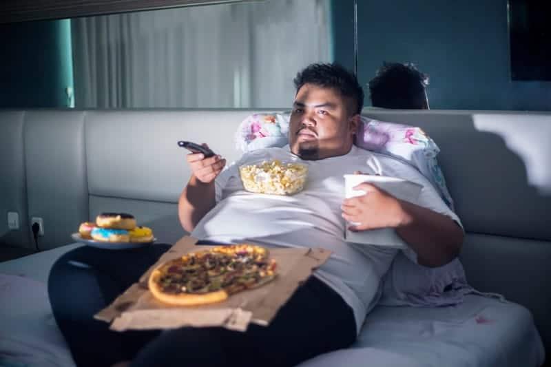 Врачи рассказали об опасных последствиях еды на ночь