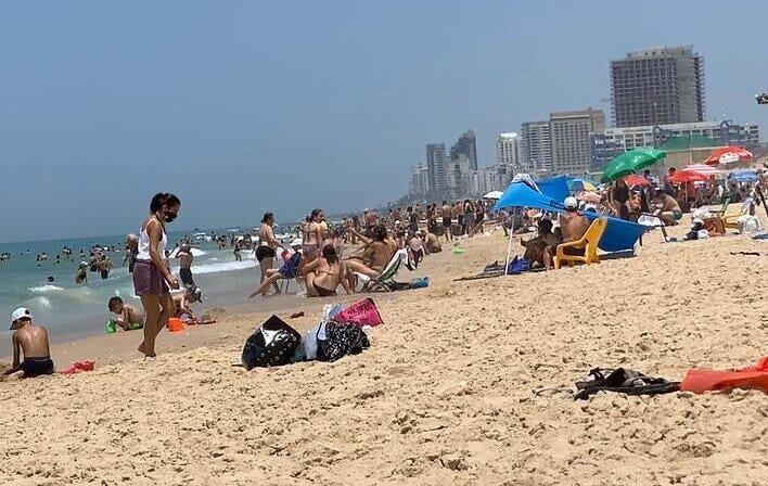 Izrailtyane na odnom iz plyazhej v Tel Avive 3