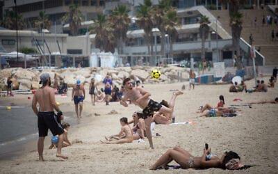 Izrailtyane na odnom iz plyazhej v Tel Avive