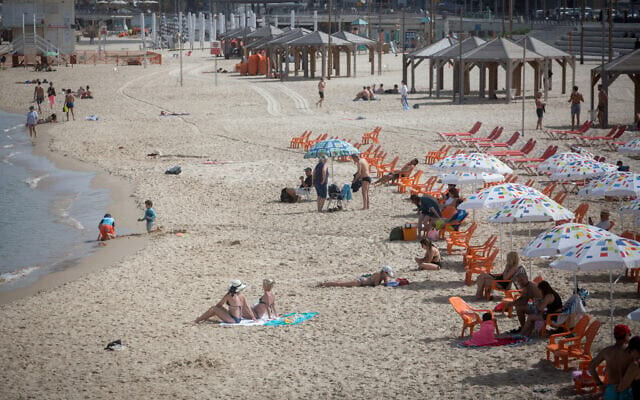 Izrailtyane na plyazhe v Tel Avive
