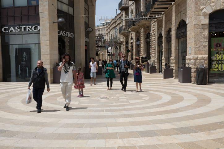 Izrailtyane poseshhayut torgovyj kvartal Ierusalima