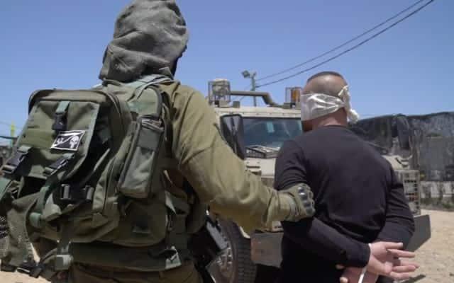 Izrialskij soldat arestovyvaet palestintsa