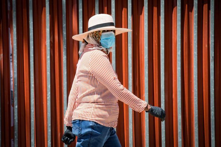 человек в маске эпидемия фото
