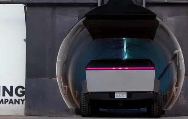 Маск прокатился на Tesla Cybertruck фото