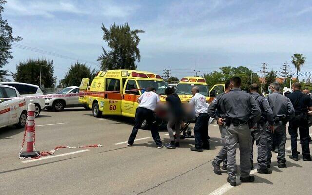 Медики и полиция на месте инцидента в Рамат-Гане фото