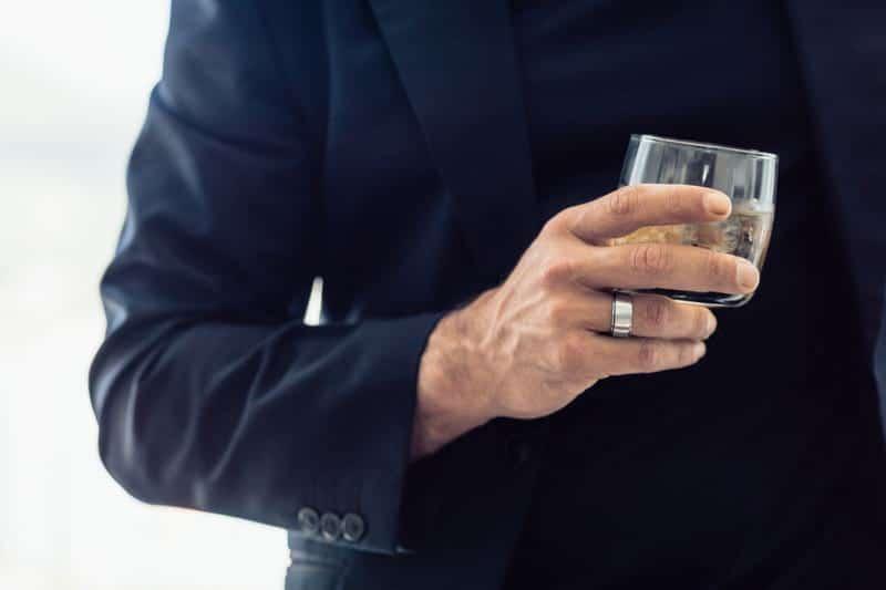 Мужчина с алкоголем в руке фото