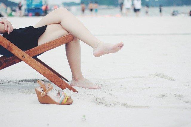 ноги девушки на пляже фото