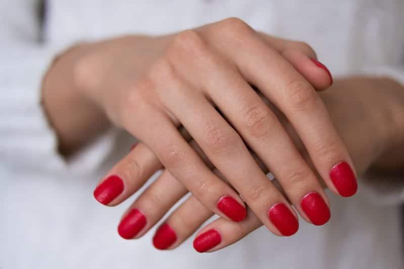 Руки с накрашенными ногтями фото