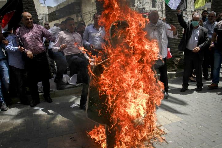 Palestintsy szhigayut izobrazhenie Pompeo v znak protesta