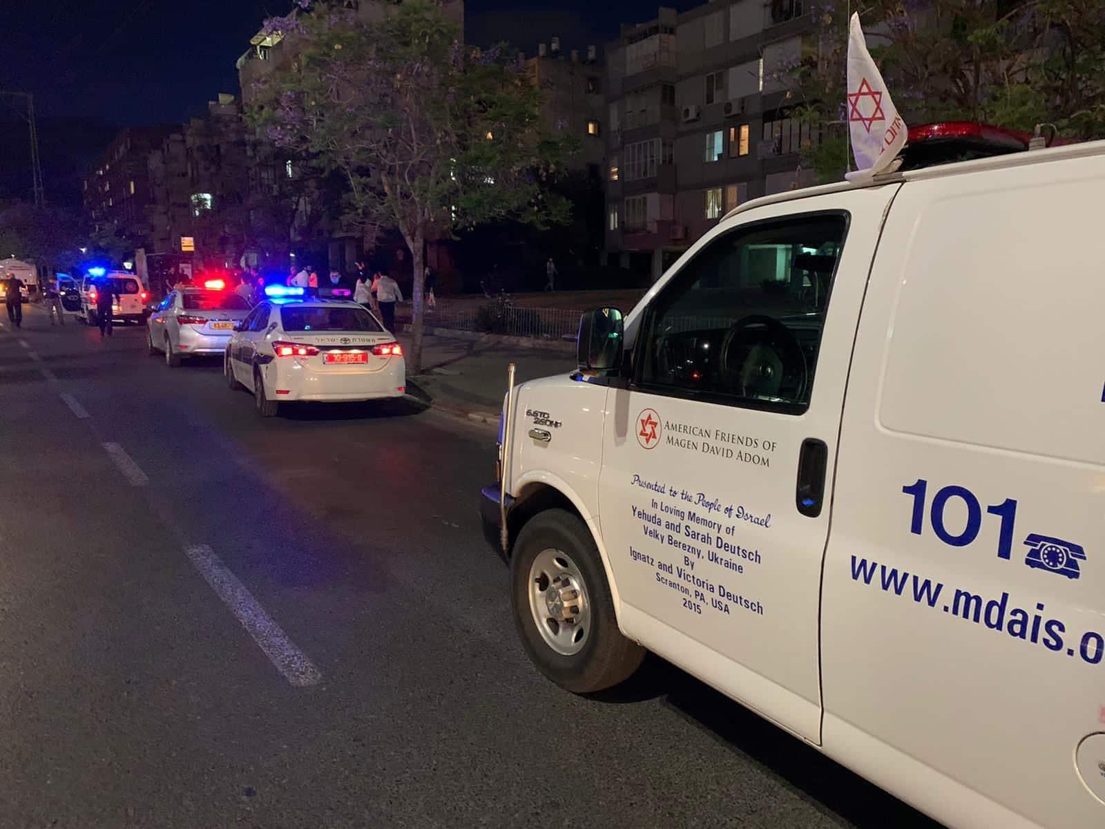 Полиция и медики прибывают на место преступления Израиль фото