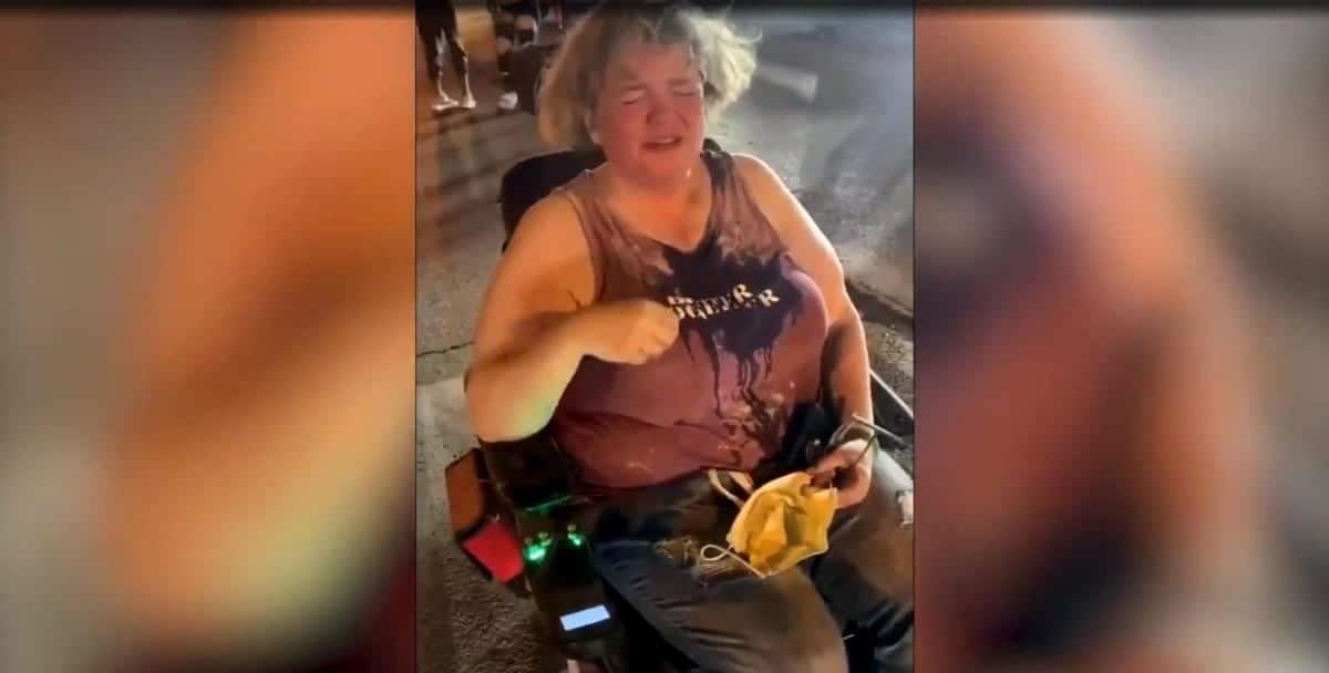 Protestuyushhie napali na zhenshhinu v invalidnom kresle