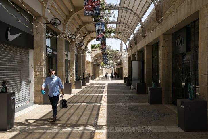 Пустой торговый квартал в Иерусалиме фото