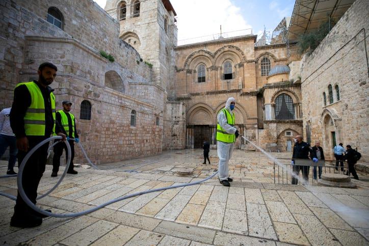Rabotniki dezinfetsiruyut ulitsy Starogo Ierusalima