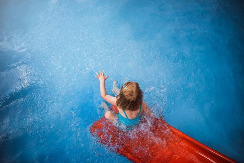 Ребенок в бассейне фото