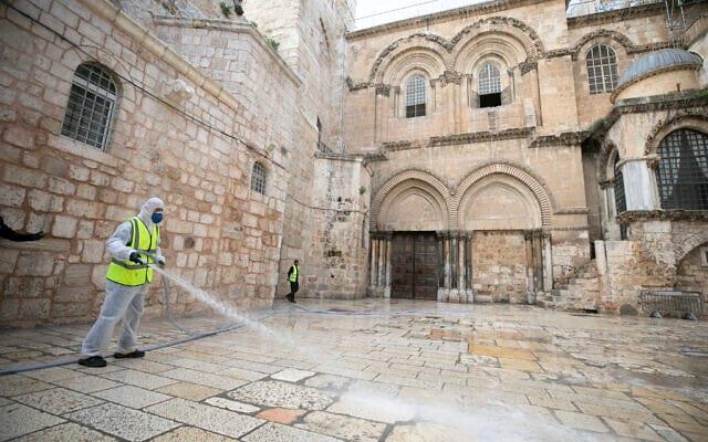 Sotrudniki merii Ierusalima dezinfitsiruyut ploshhad pered vorotami Hrama Groba Gospodnya