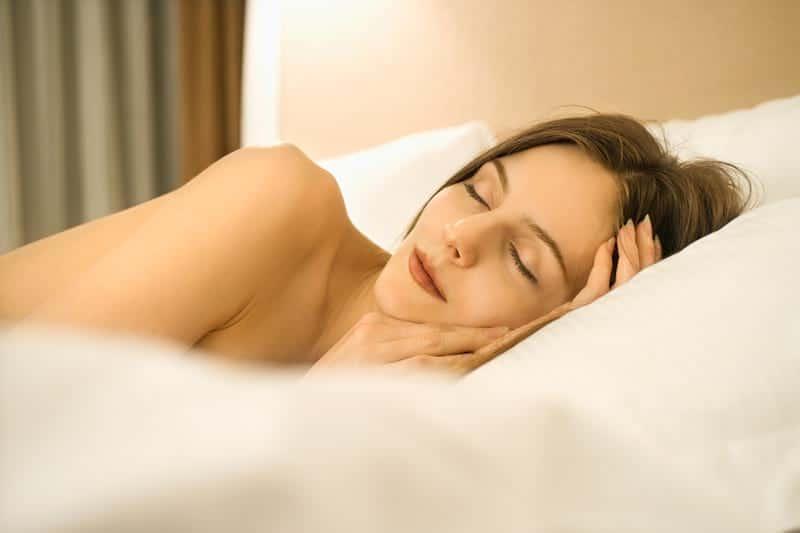 девушка спит в постели фото