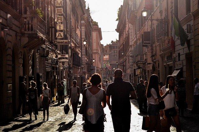 туристы гуляют фото