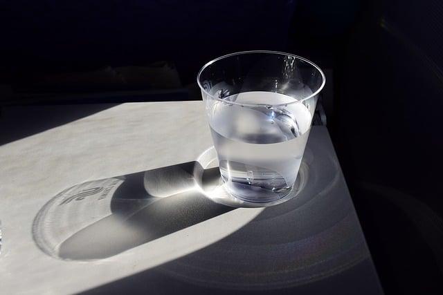 вода в стакане фото