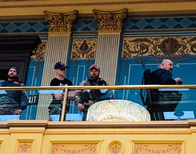 Vooruzhennye protestuyushhie v zdanii parlamenta shtata Michigan