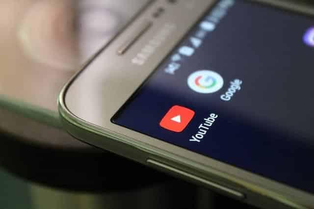 Ярлык YouTube на смартфоне фото