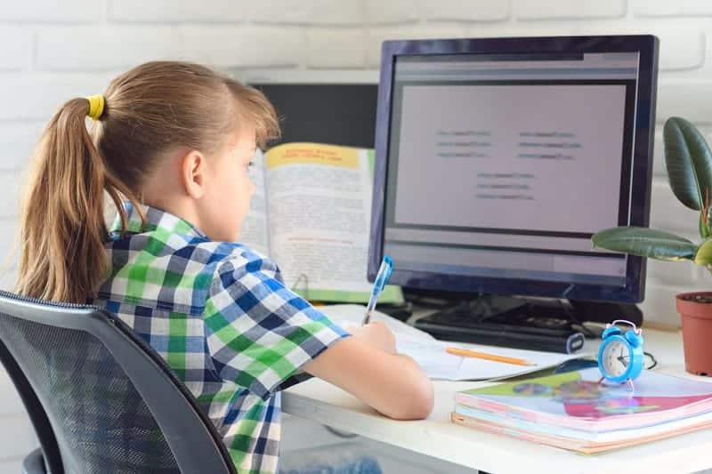 Дистанционное обучение девочка за компьютером учится фото