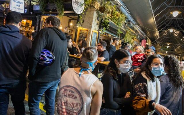 Izrailtyane v odnom iz barov Ierusalima