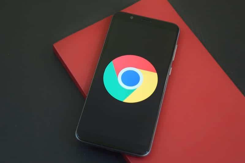 Логотип Google на смартфоне фото