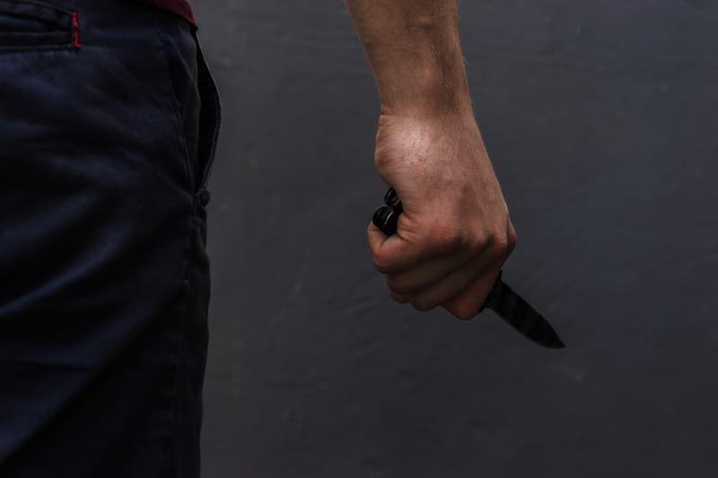 Нож в руке фото