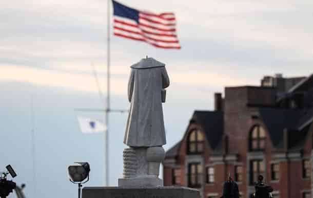 Obezglavlennyj pamyatnik Hristoforu Kolumbu v Bostone