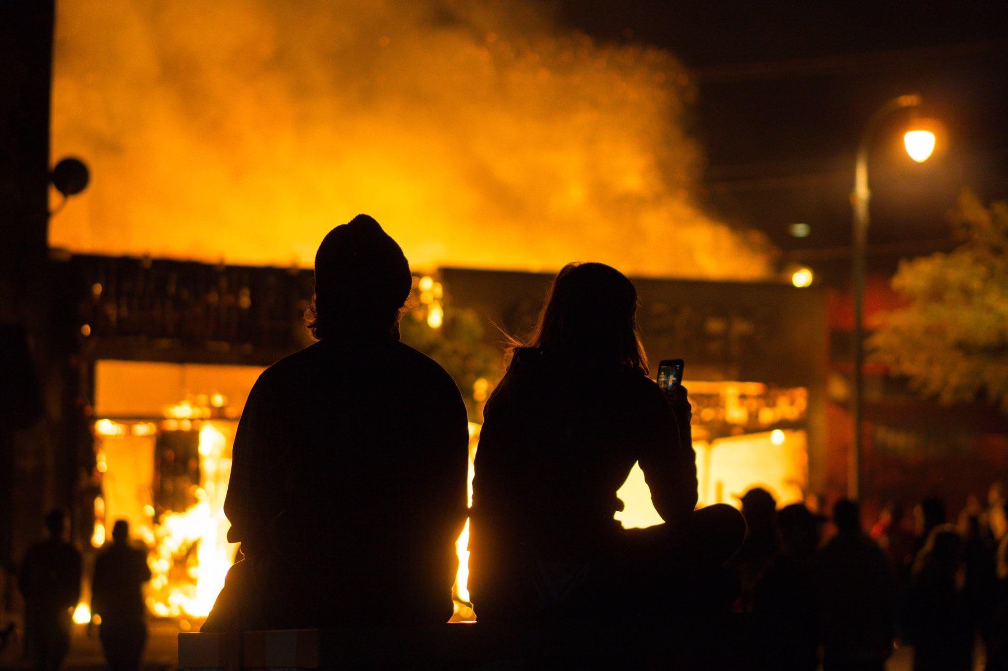 протесты люди огонь