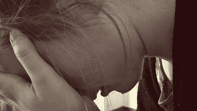 девушка плачет фото