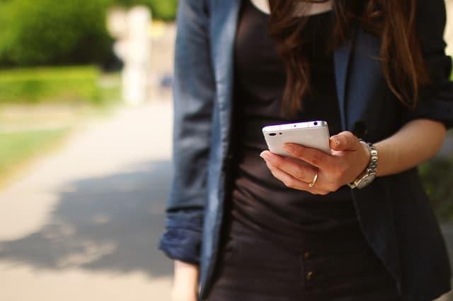 девушка со смартфоном фото