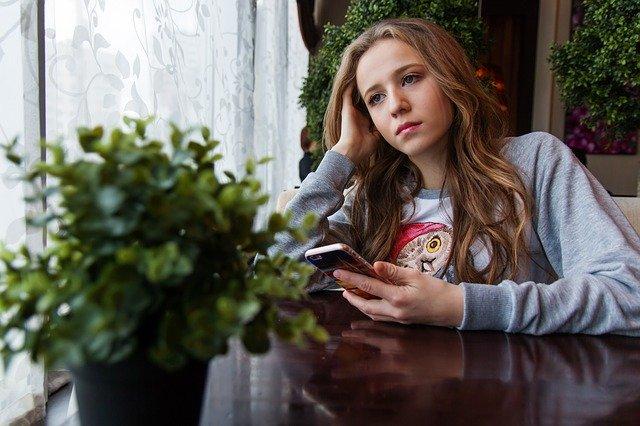девушка со смартфоном картинка